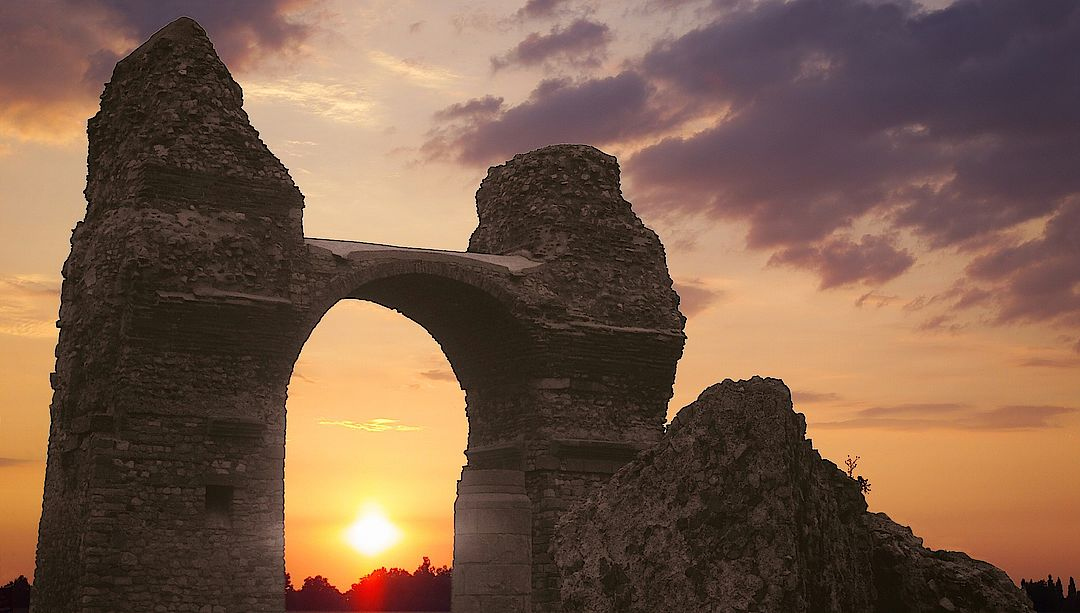 A picture shows a sunset in Carnuntum